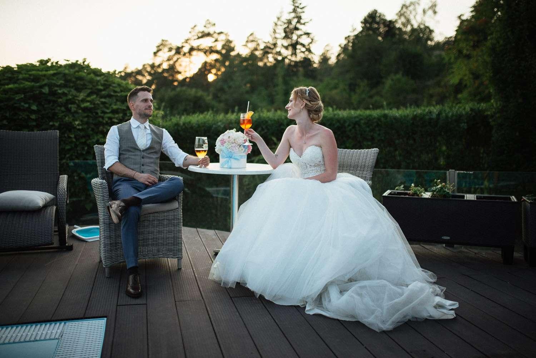Ženich s nevěstou odpočívají po svatebním focení Brněnská přehrada Brno