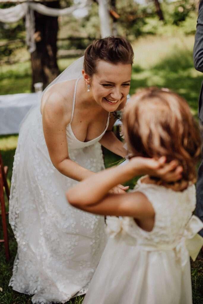 Malá družička blahopřeje nevěstě po svatebním obřadu