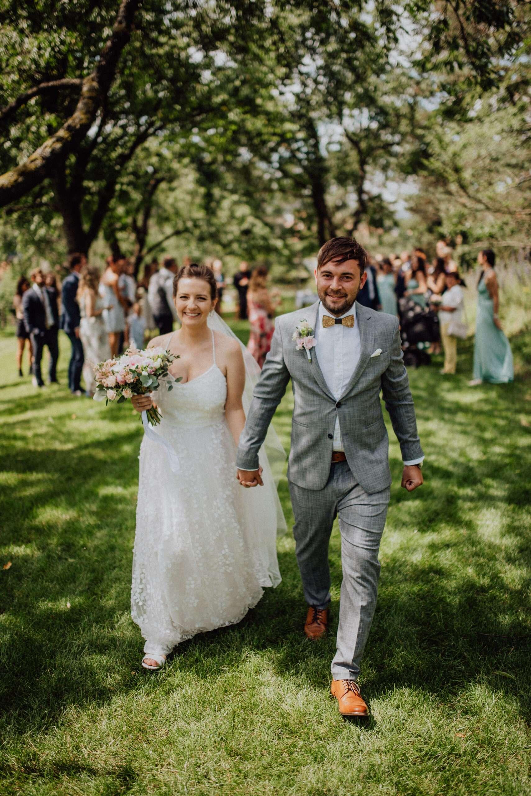 Ženich s nevěstou spolu odchází uličkou po obřadu