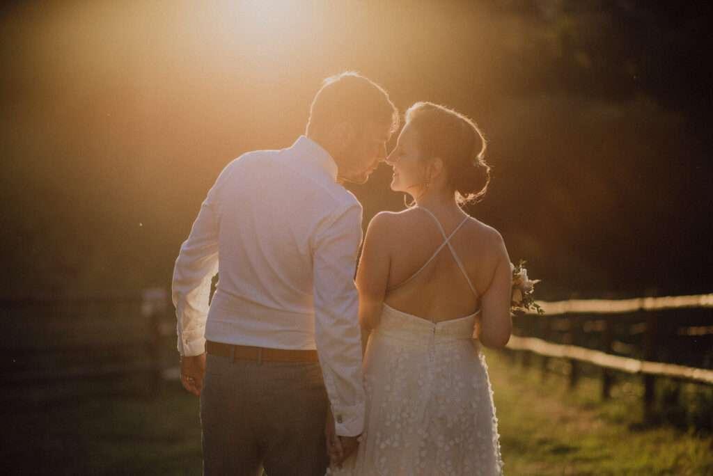 Svatební focení ženicha s nevěstou během západu slunce, nejlepší čas na svatební focení