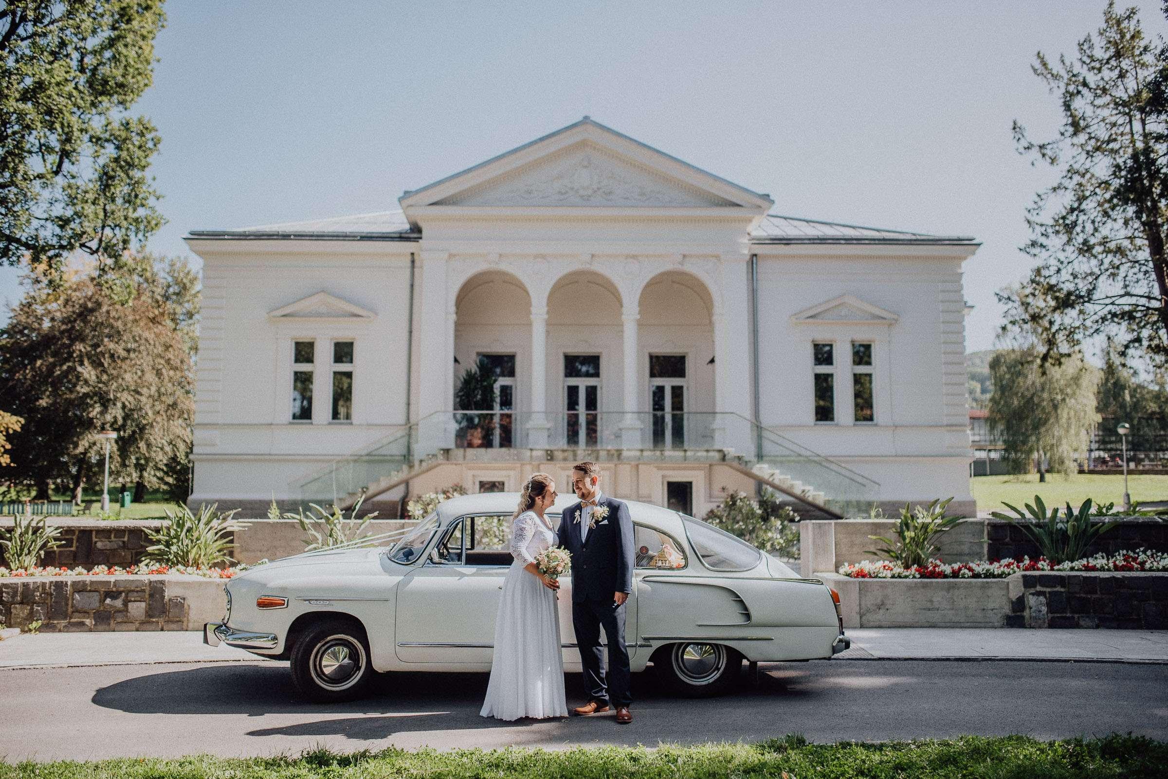 Ženich s nevěstou a svatební auto Frenštát Beskydy