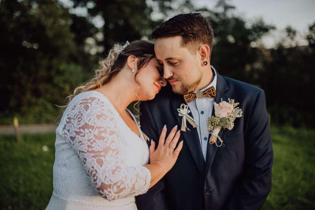 Ženich a nevěsta se fotí ve světle západu slunce, nejlepší čas na svatební focení