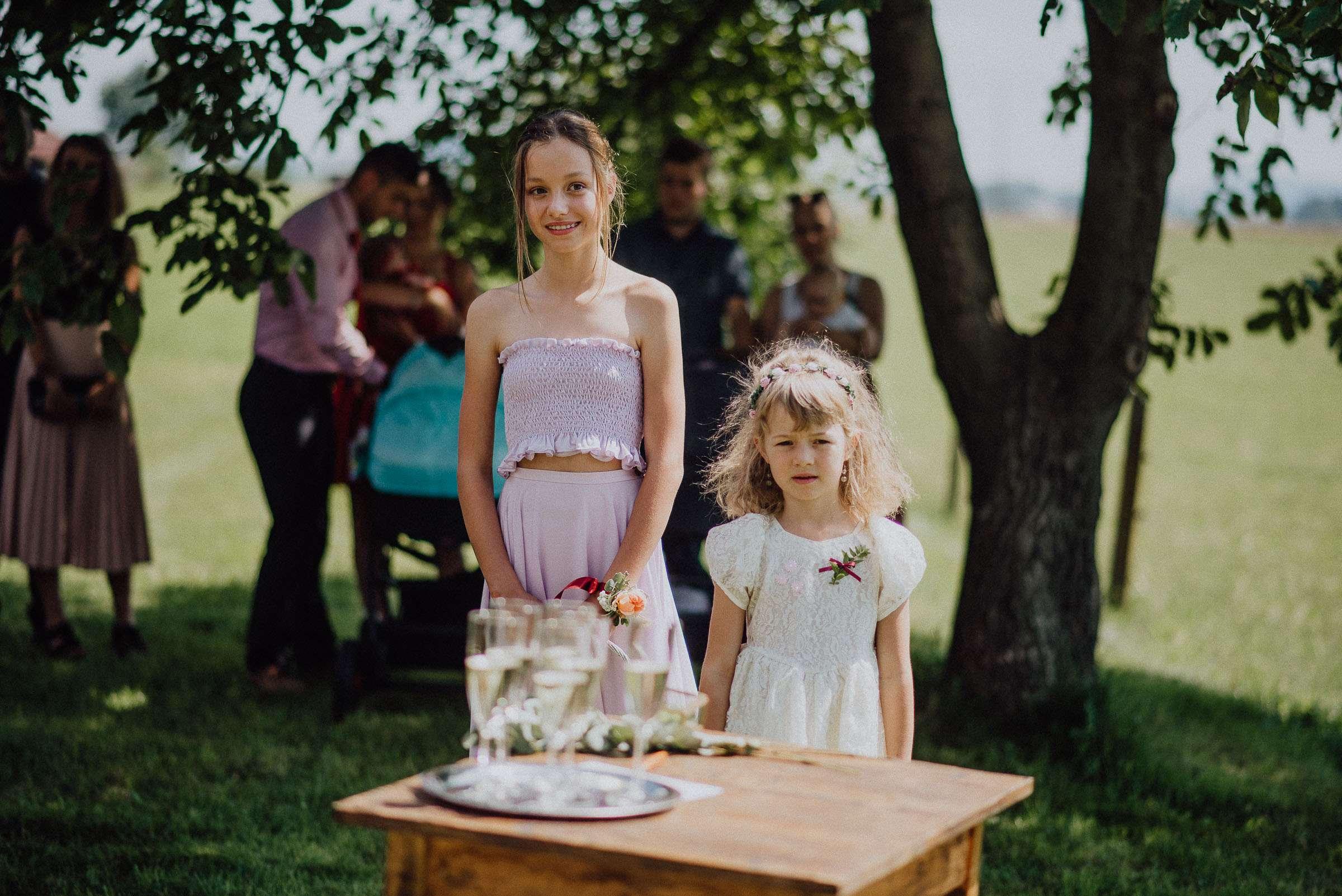 Děti přihlížejí výměně prstýnků při obřadu svatba Orlické hory