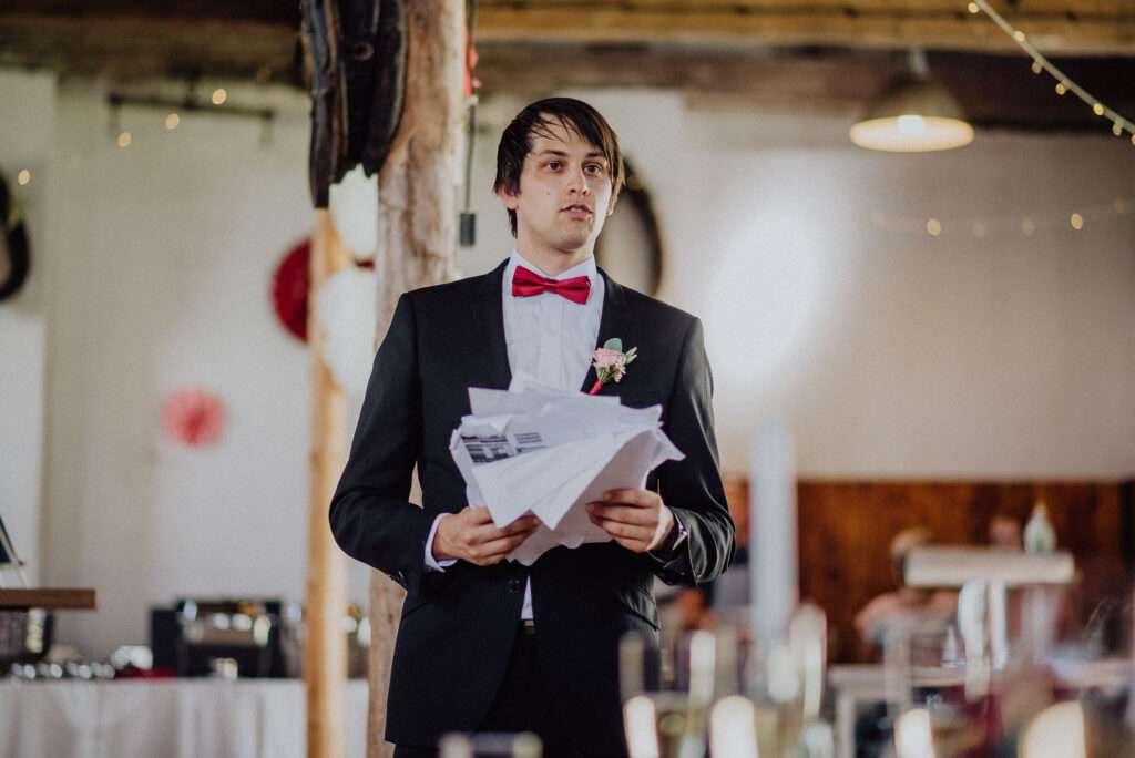 Přípitek na svatební hostině   svatební fotograf Brno