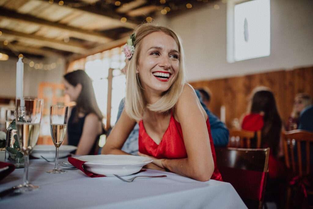 Hosté se smějí během proslovu při obědě Stodola U Vránů, Kunvald