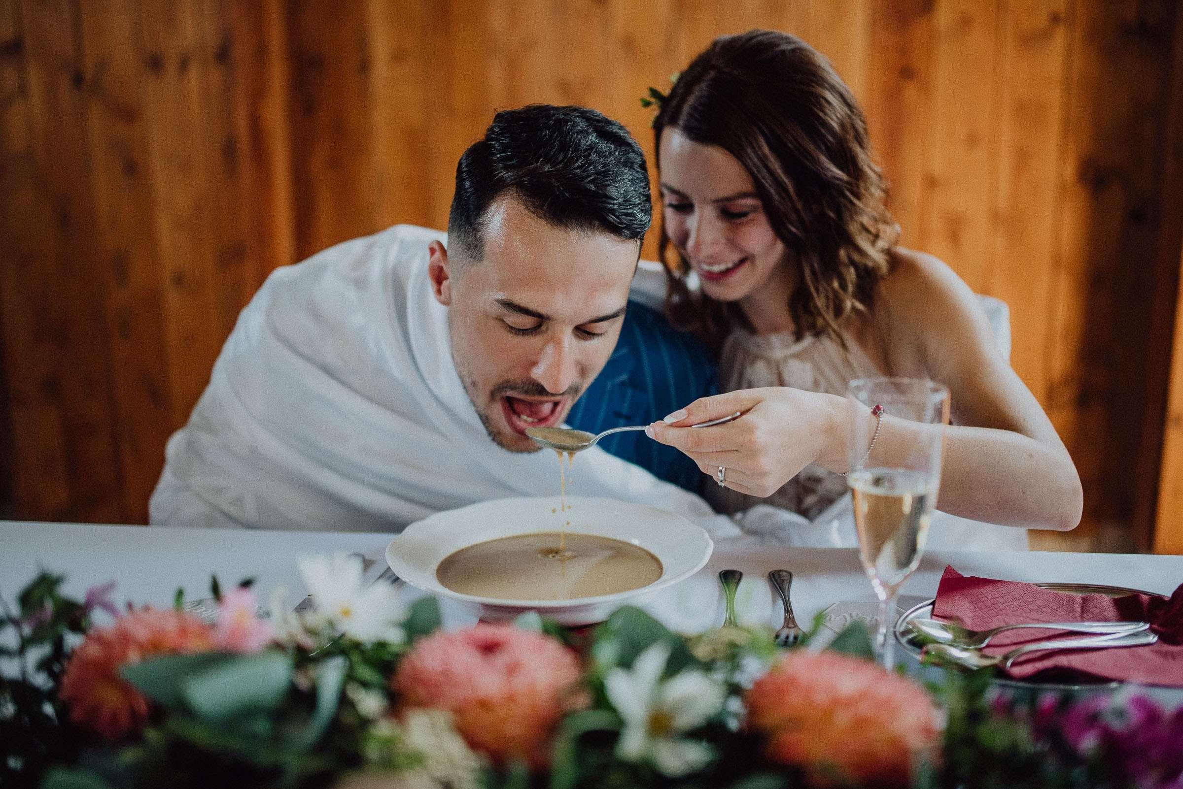 Nevěsta krmí ženicha polévkou ze společného talíře Stodola U Vránů, svatba Orlické hory