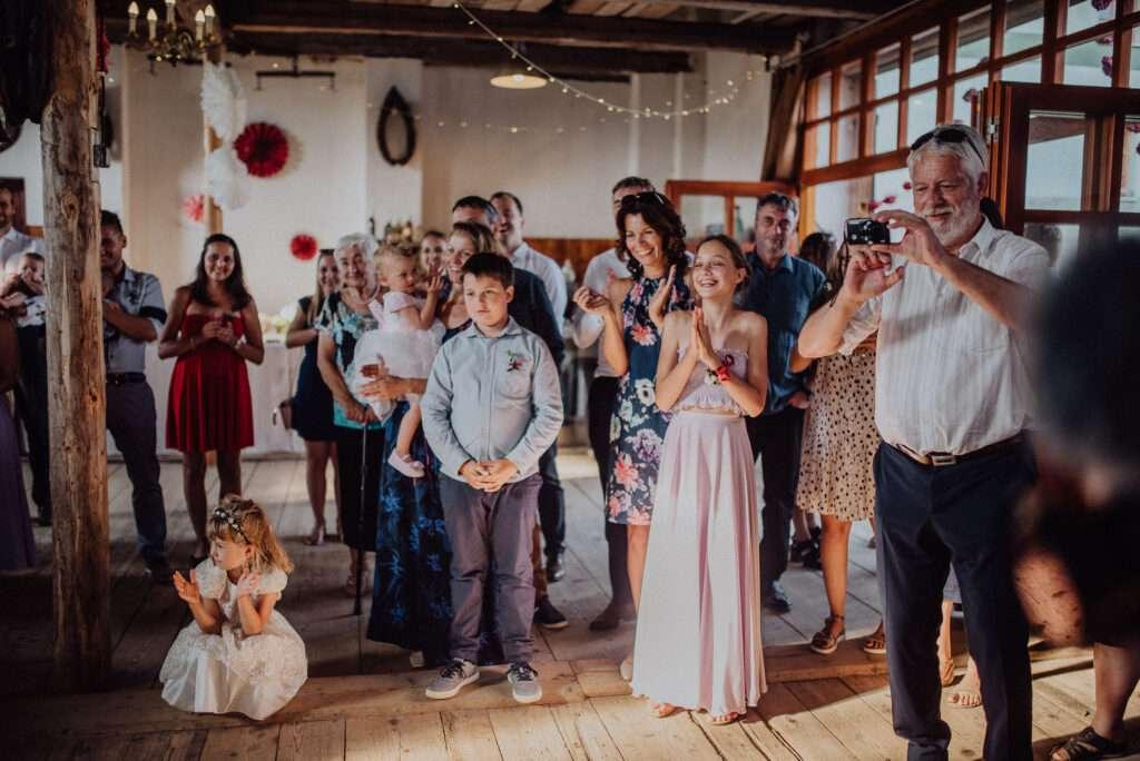 Hosté tleskají při krájení dortu ve stodole U Vránů svatba Orlické hory