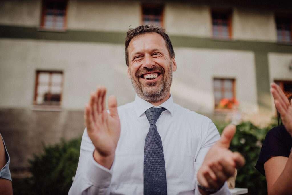 Tleskající svatebčan během tance novomanželů, Stodola U Vránů Kunvald