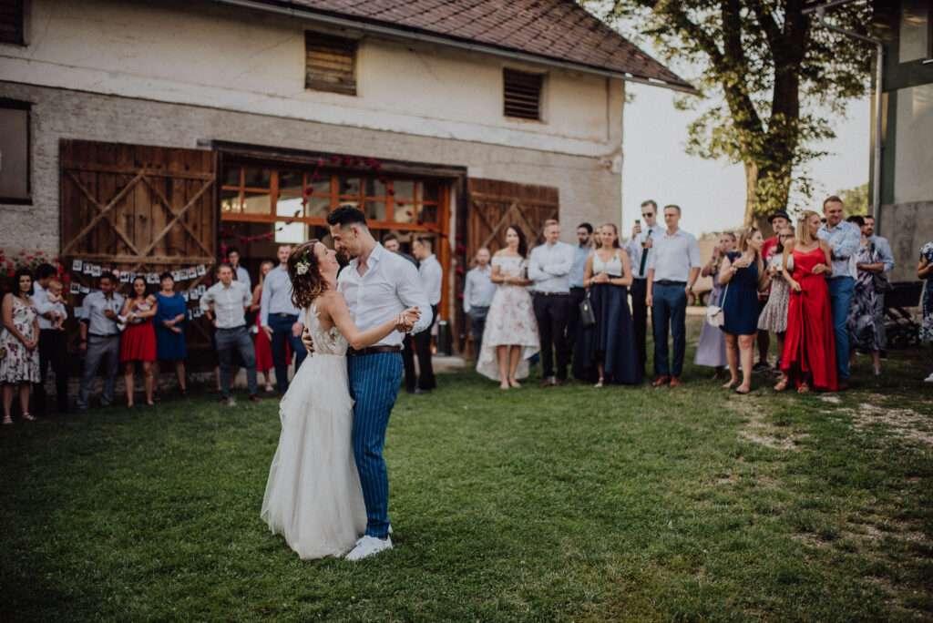 První tanec novomanželů před stodolou U Vránů Kunvald