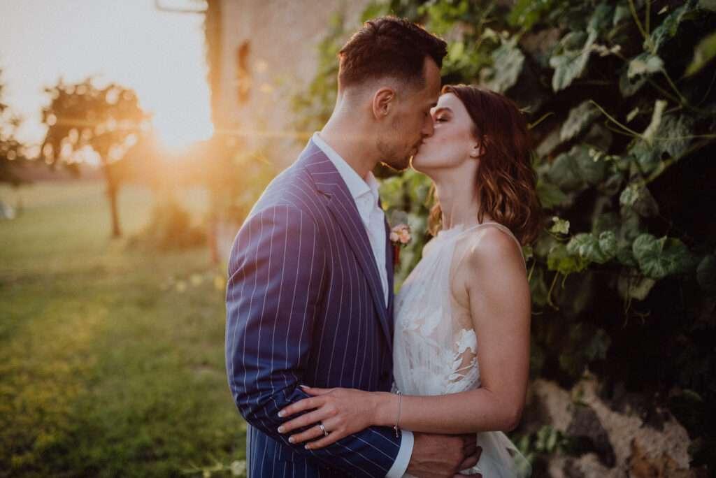 Nejlepší čas na svatební focení novomanželů u venkovské stodoly se zapadajícím sluncem za zády