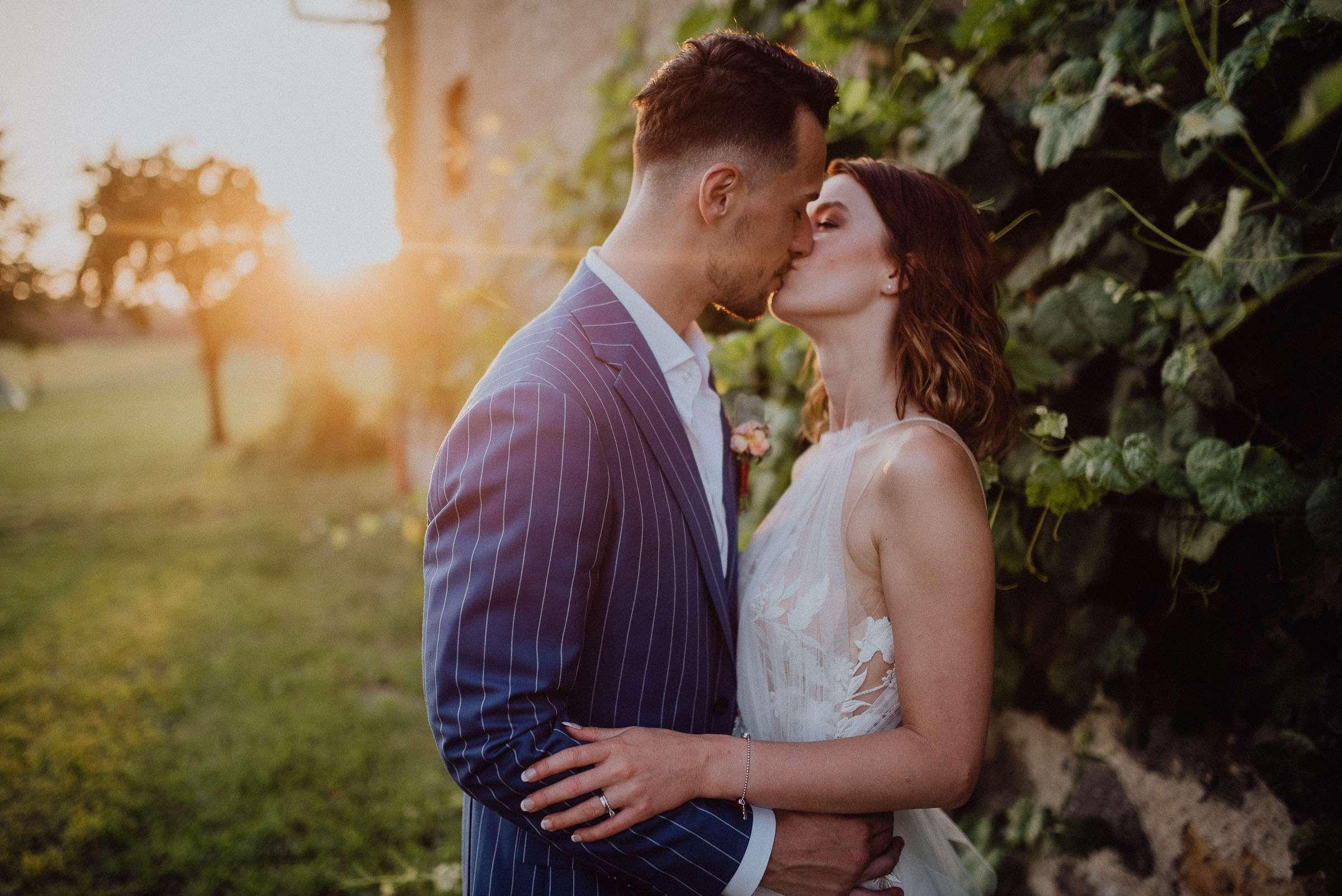 Portrét ženicha s nevěstou u vesnické usedlosti během západu slunce, svatba Orlické hory