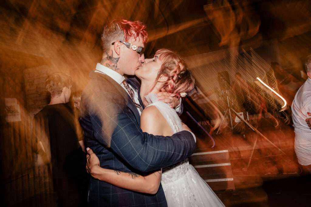 Ženich s nevěstou tančí během večerní svatební párty