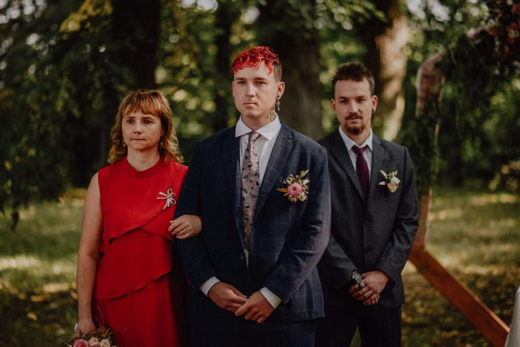 Ženich čeká u slavobrány na nevěstu