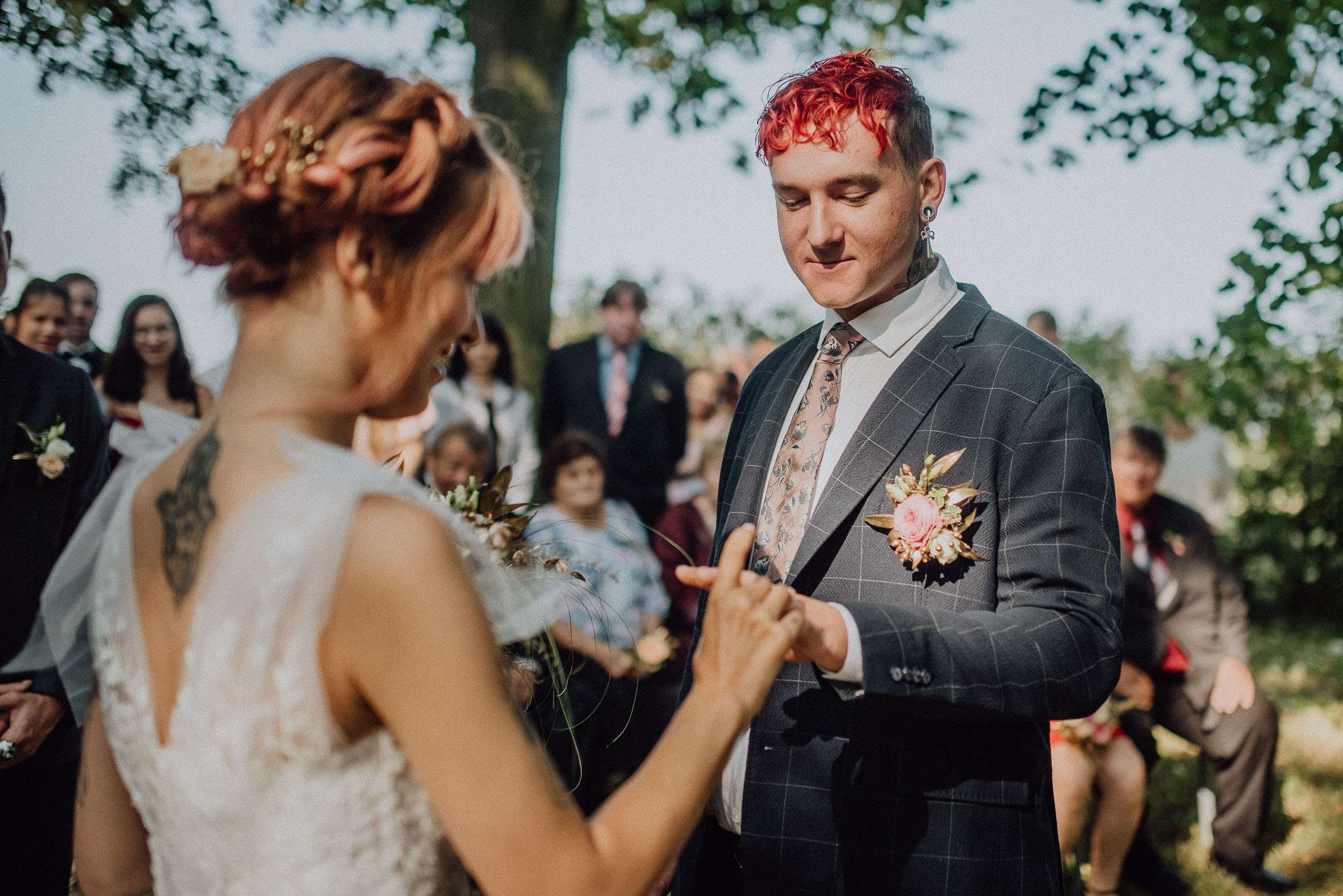 Nevěsta nasazuje ženichovi svatební prsten