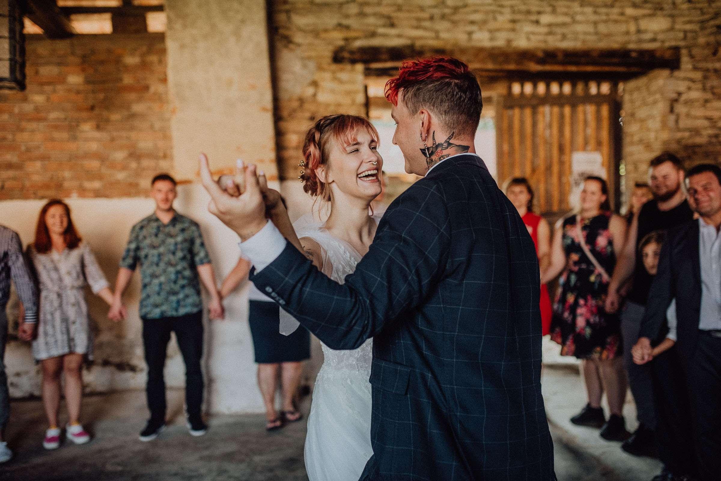 Novomanželé tančí svůj první tanec