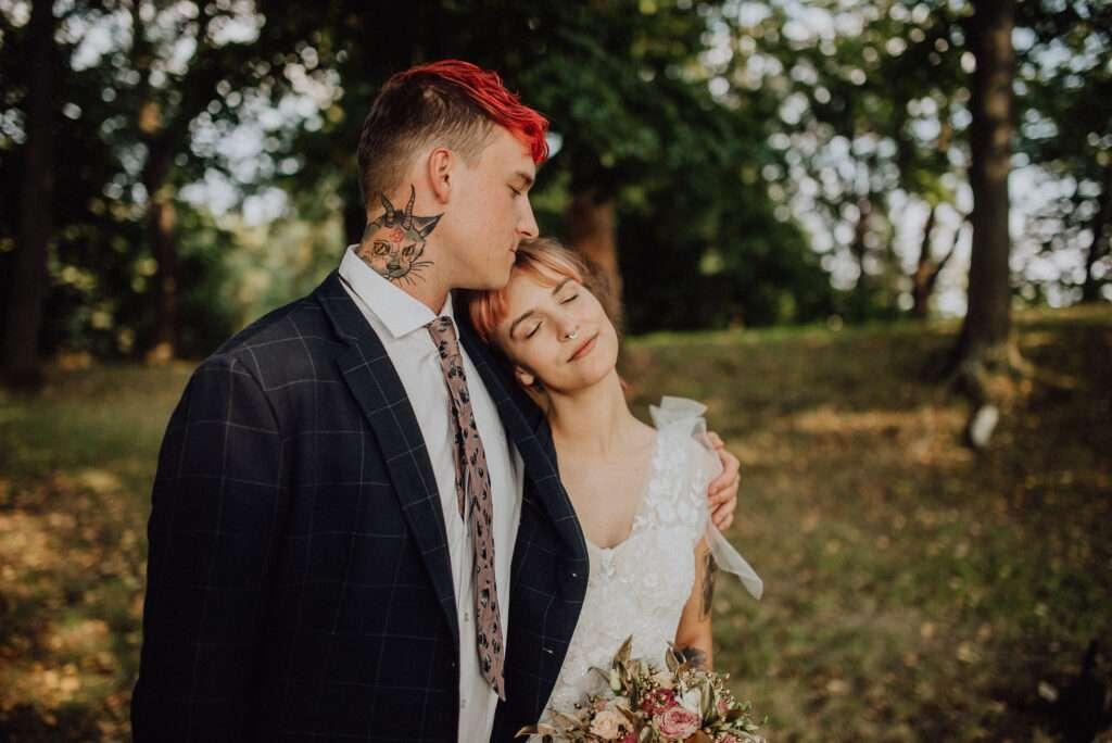 Portét ženicha s nevěstou v sadu pod stromy
