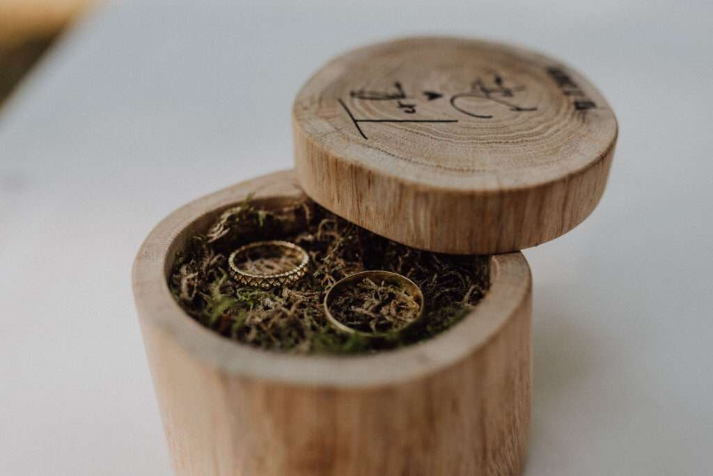 Svatební prsteny na mechu v dřevěné krabičce