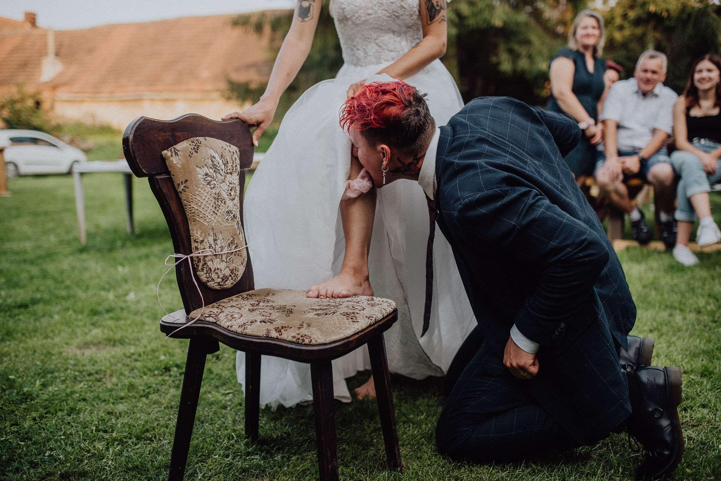 Ženich sundává nevěstě pusou podvazek