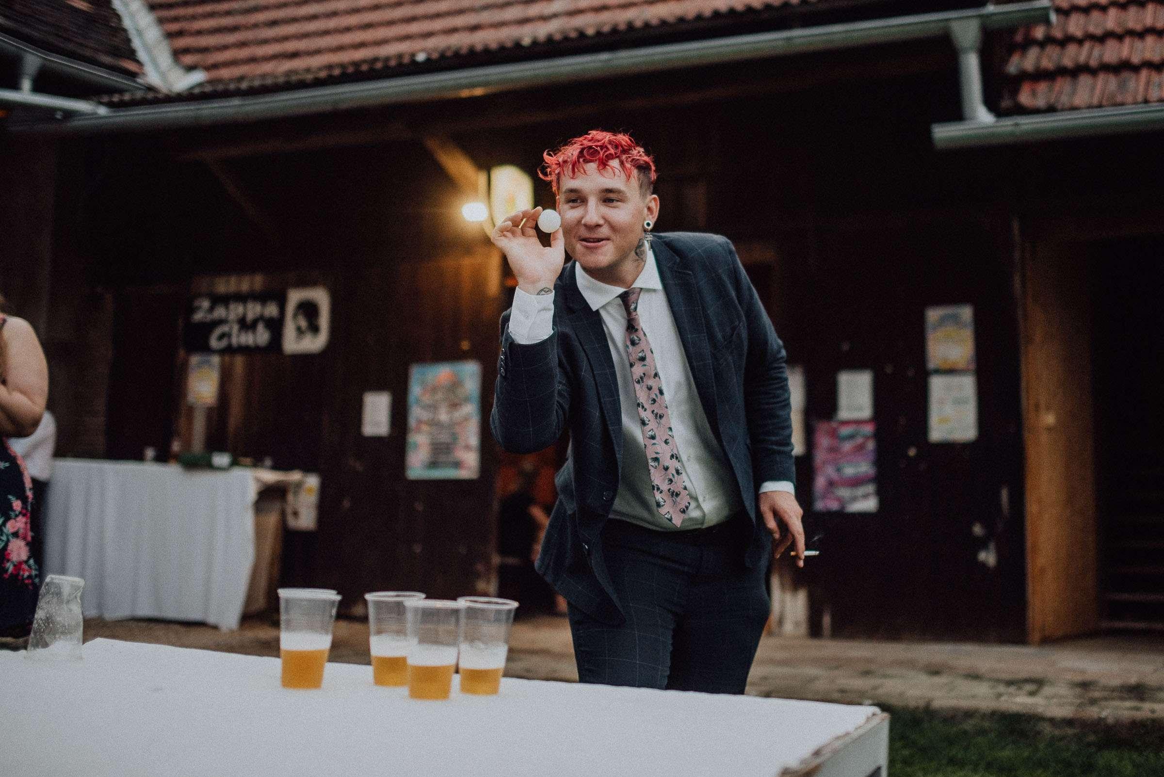 Novomanželé hrají během svatební párty beerpong