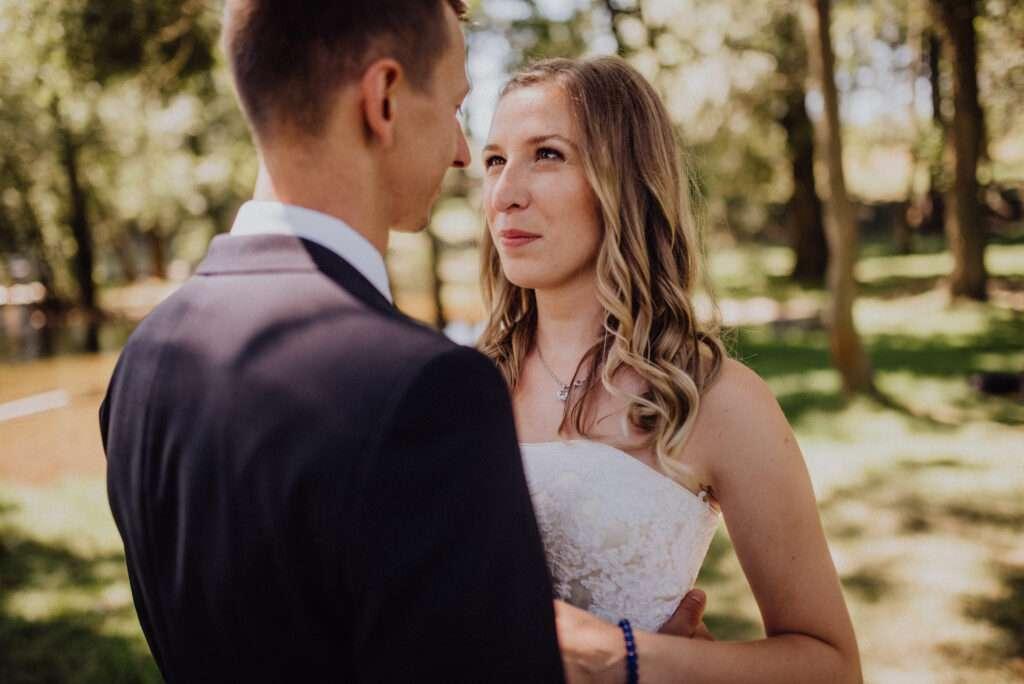 Ženich a nevěsta pod stromy, nejlepší místo na svatební focení v poledne