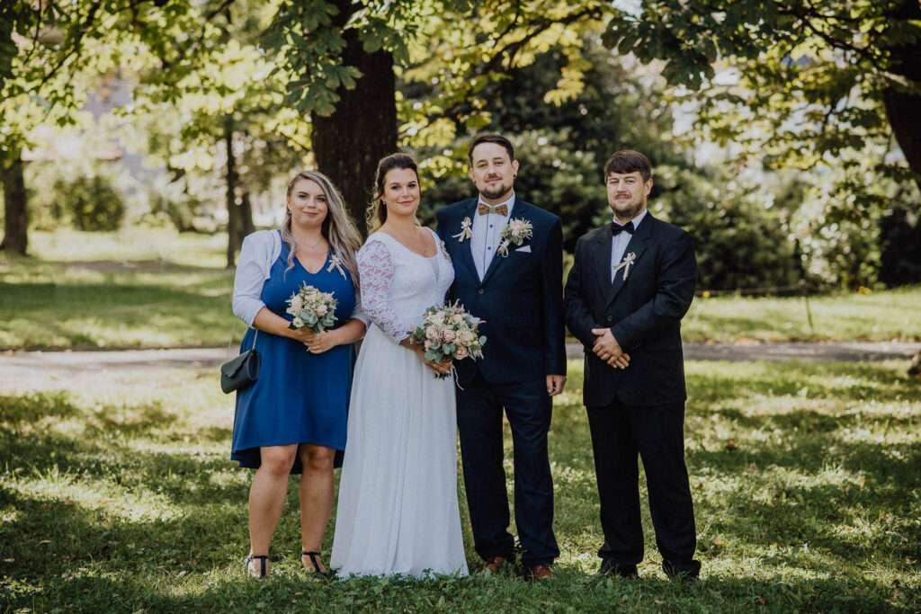 Focení skupinových fotek svatba pod stromy